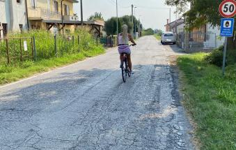 """Residenti esasperati: """"Questa strada è diventata un autodromo, aspettiamo ci scappi il morto?"""""""