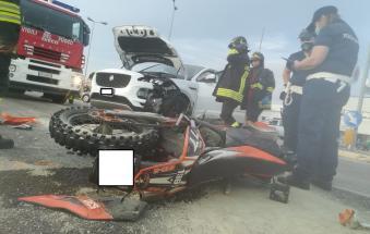 Tremendo schianto contro un suv, grave un motociclista di 22 anni