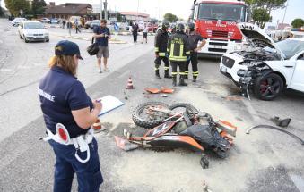 Spaventoso schianto, grave 22enne: portato via in elicottero