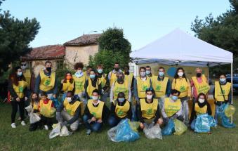 Guanti e mascherina, i volontari ripuliscono la ciclabile