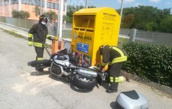 Schianto sulla Statale 16, paura per un motociclista