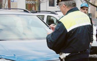 Comandante dei vigili fotografa il politico in divieto di sosta