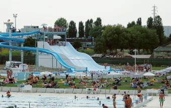 Ladri di cellulari tra gli ombrelloni della piscina