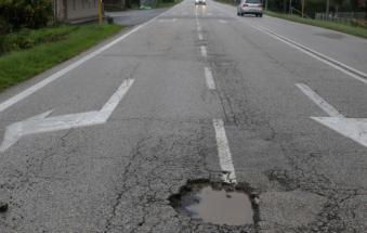 Crateri sulle strade e toppe d'asfalto