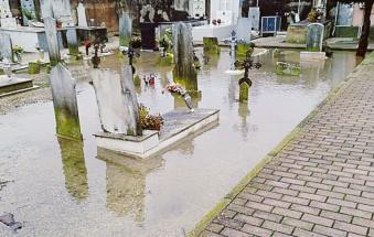 """La Lega: """"Il cimitero si allaga a ogni pioggia"""""""