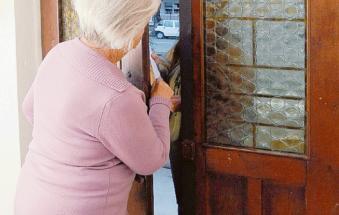 False addette dell'Imu le entrano in casa e rubano la pensione