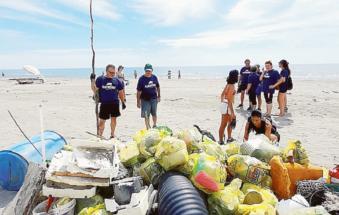 40 angeli ripuliscono la nostra spiaggia