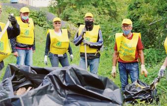 Puliamo il mondo: e tra i rifiuti beccati indizi contro gli incivili
