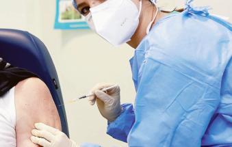Vaccini, l'esodo degli insegnanti: devono tornare nel loro comune per farsi vaccinare