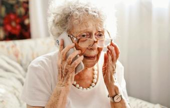"""""""Nonna, ho il Covid, sono grave: servono 10mila euro per vaccinarmi"""". Raffica di truffe"""