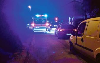 Ambulanza bloccata al passaggio a livello
