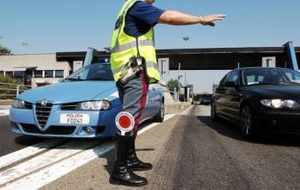 Scappa da una struttura ed entra a piedi in autostrada: tutto chiuso per ore