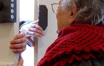 Terrore per una anziana bloccata da tre ladri in casa