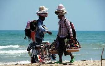 Abusivi beccati in spiaggia e subito espulsi