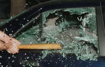 Rompono il finestrino per ripulire l'auto
