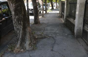 Via Gattinara, insidia sull'asfalto