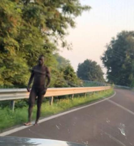 Clamoroso: profugo in giro nudo per la strada