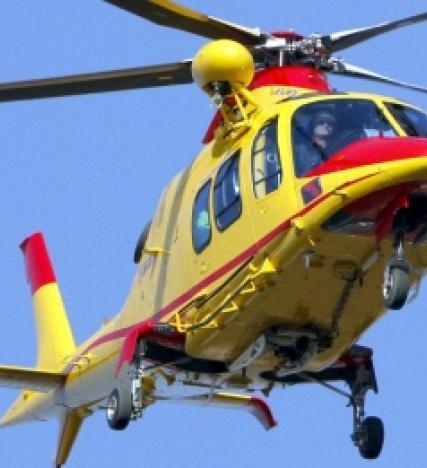 Si sente male e si accascia dopo l'incidente, arriva l'elicottero