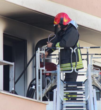 Via Oroboni, scoppia un incendio nel bagno di un'abitazione