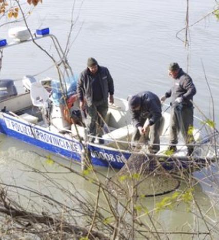 Pescano con reti vietate sul Po, 4mila euro di multa