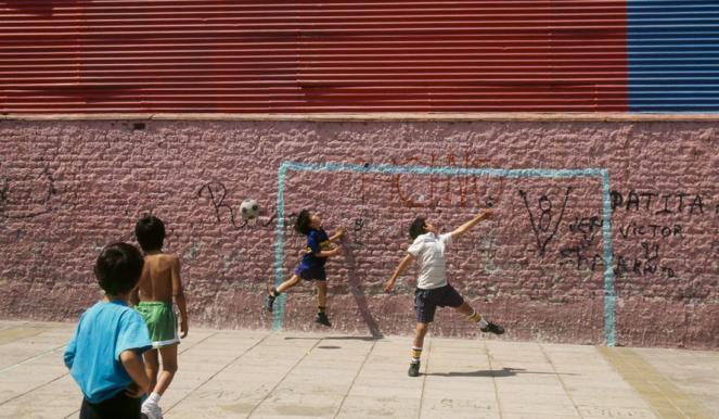 Giocano a pallone, lite tra minori
