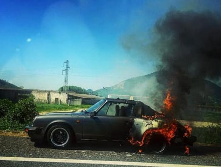 Paura in A13, Porsche distrutta da un'incendio