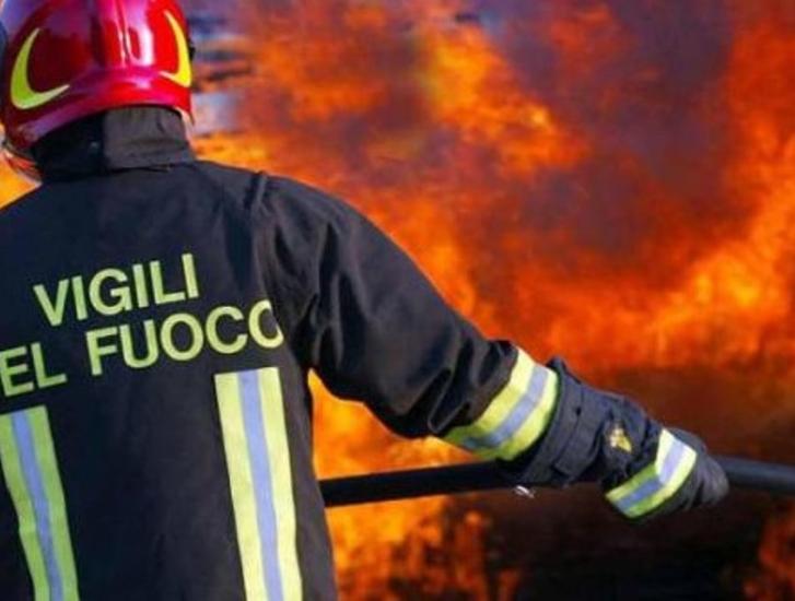 Incendio in un garage, paura in paese