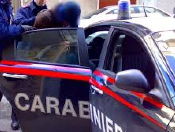 Ubriaco, aggredisce e ferisce i carabinieri: arrestato