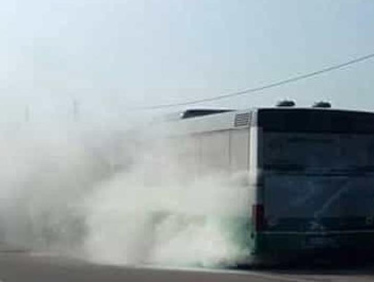 Autobus a fuoco, l'autista fa scendere i passeggeri