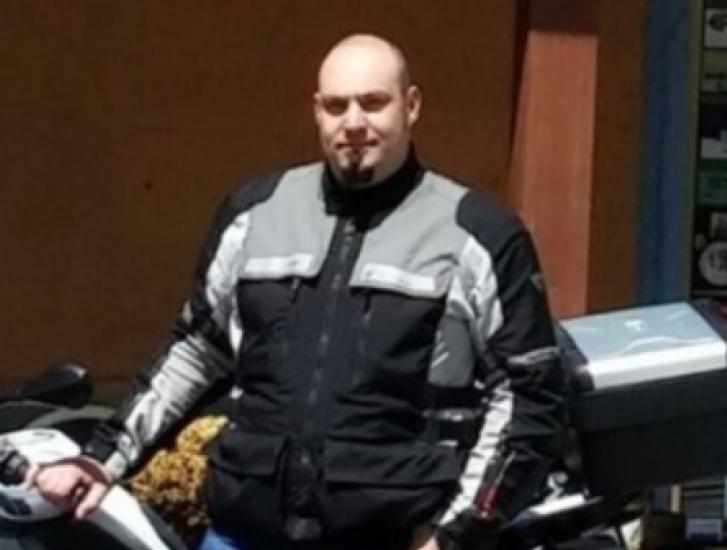 Scambia un bidone per un autovelox, inchioda la moto e muore