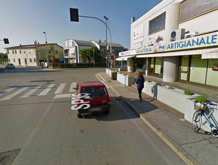 Automobilista preso a pugni al semaforo