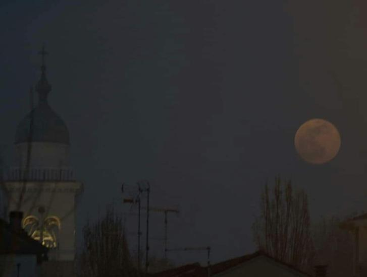 Ecco la superluna, ma la nebbia la nasconde ai polesani