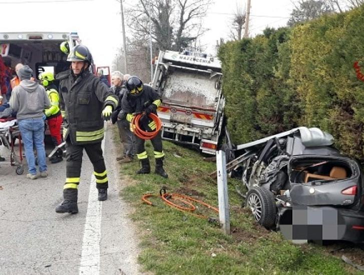 Carambola fra due auto e un camion dei rifiuti: 62enne in fin di vita