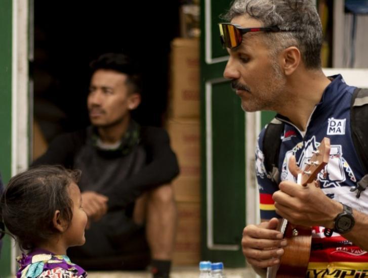 """Il """"Comicista"""" diventa regista: il racconto del suo viaggio in Nepal e l'ingresso nel Guinness World record"""
