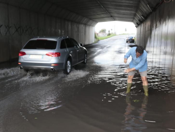 Via Calatafimi: tunnel allagato e strada interrotta