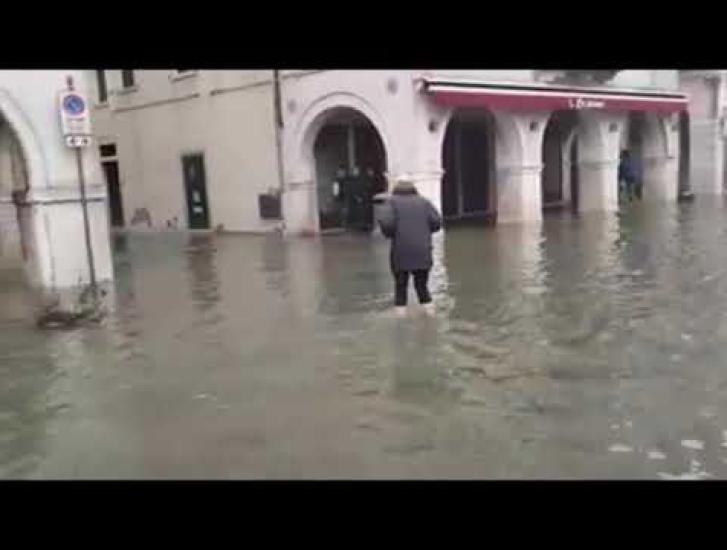 Città sott'acqua, ma c'è chi riesce a buttarla in ridere