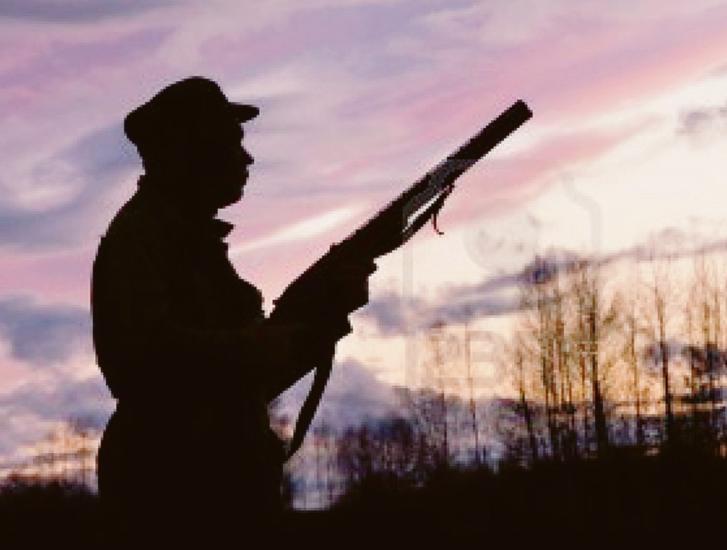 Va a caccia: lo prendono a fucilate