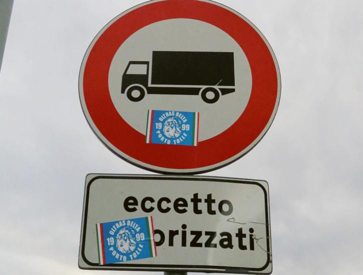 """Adesivi sui cartelli: """"Chi ha sbagliato pagherà"""""""