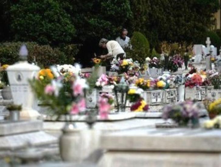 Cimiteri aperti il 2 novembre, ma controllati da volontari e polizia locale