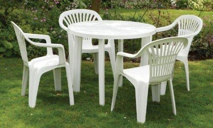 Ruba i tavolini e tutte le sedie al bar del paese per for Comprare sedie