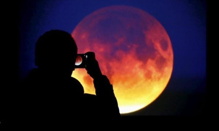 Un'eclissi di luna rossa tutta per noi