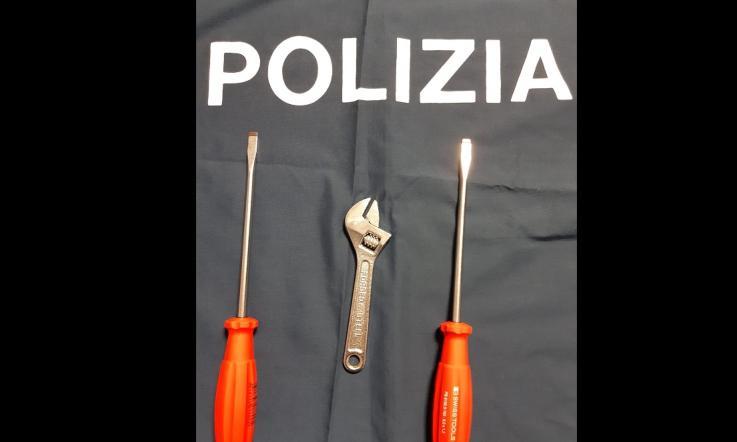 Giovanissime ladre rom armate di cacciaviti e chiavi ...