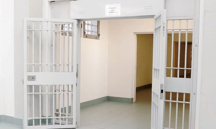 29 agenti e 80 detenuti in più