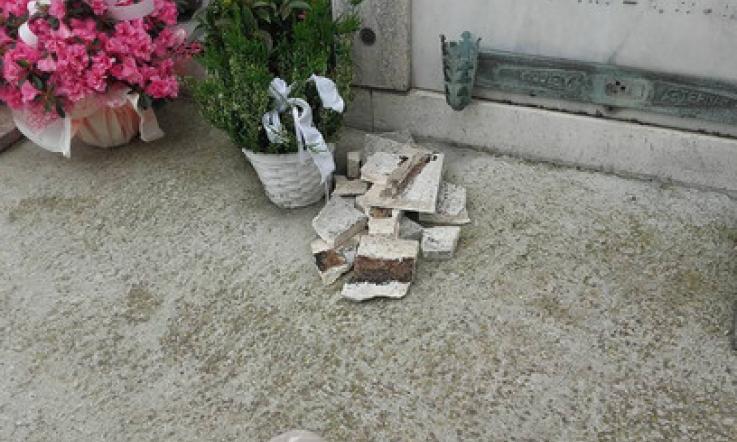 I pezzi di cornicione a terra nel cimitero di Ca  Zuliani a Porto Tolle 335fb4c2598d