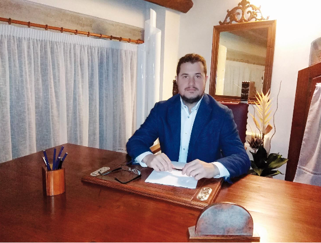 Alberto Viaro, Portavoce di Attivamente in Prima Persona. A sinistra il logo dell'associazione